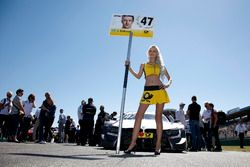 La grid girl di Joel Eriksson, BMW Team RBM, BMW M4 DTM