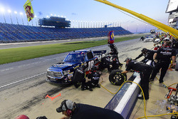 Noah Gragson, Kyle Busch Motorsports, Toyota Tundra Safelite AutoGlass makes a pit stop