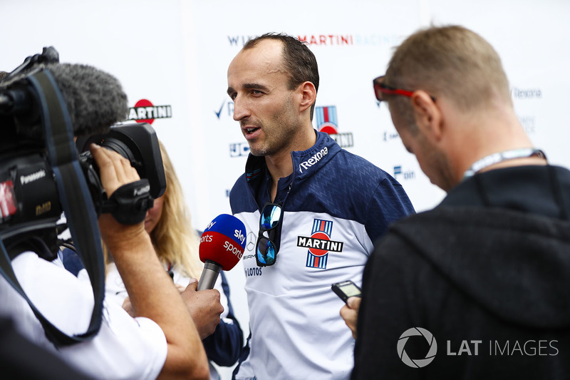 Robert Kubica, Williams Martini Racing, viene intervistato