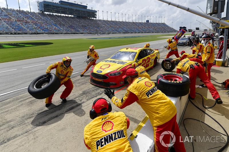 Joey Logano, Team Penske, Ford Fusion Shell Pennzoil, effettua un pit stop, Sunoco
