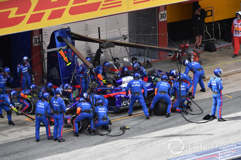 Brendon Hartley, Scuderia Toro Rosso STR13 pit stop