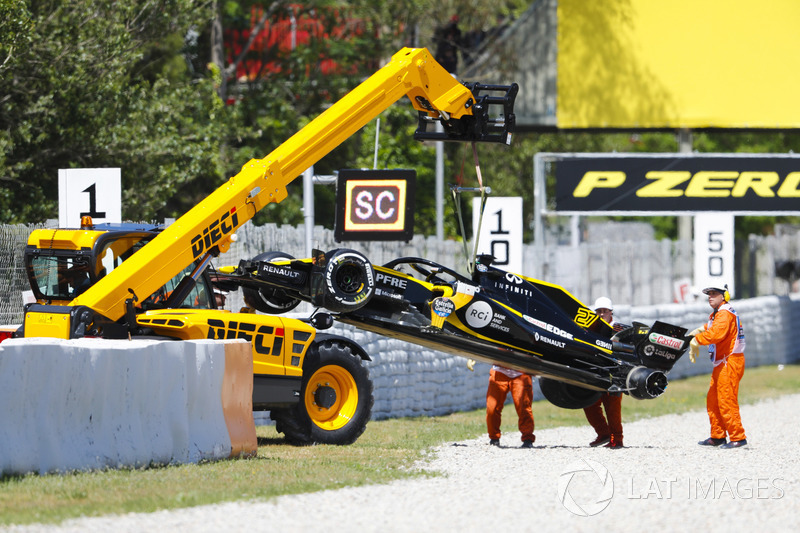 The damaged Nico Hulkenberg, Renault Sport F1 Team R.S. 18. is craned off the circuit by marshals