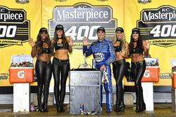 1. Kevin Harvick, Stewart-Haas Racing, mit den Monster-Girls