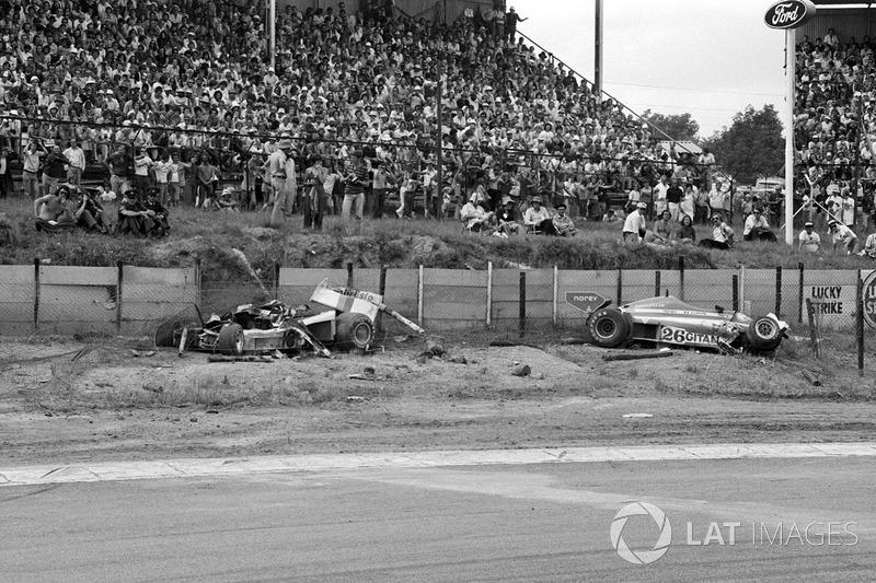 Розбиті Shadow DN8 Тома Прайса та Ligier JS7 Жака Лаффіта у повороті Кроуторн після фатального інциденту