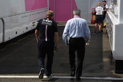 تشايس كاري، الرئيس التنفيذي لمجلس إدارة مجموعة الفورمولا واحد وروبرت فرنليي، نائب مدير فريق فورس إنديا