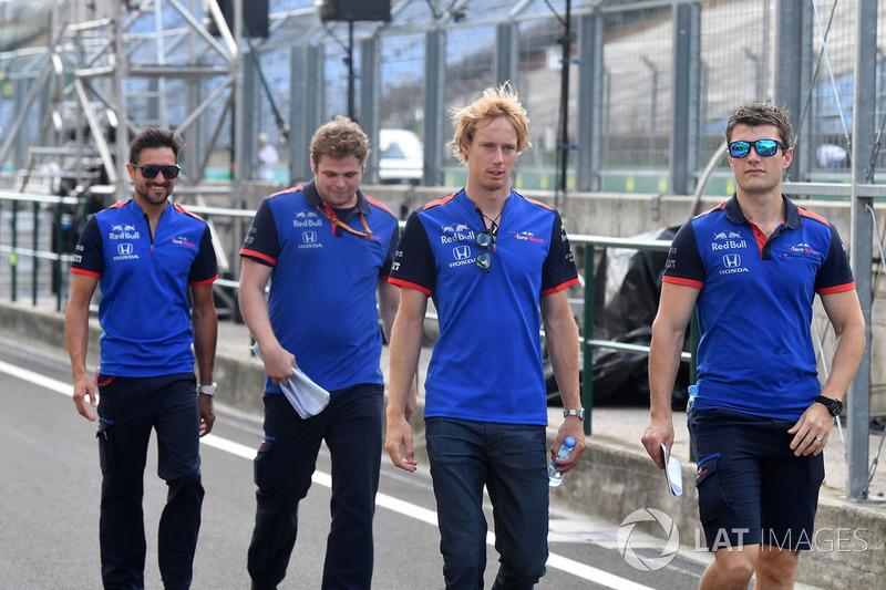 Brendon Hartley, Scuderia Toro Rosso, cammina lungo il circuito
