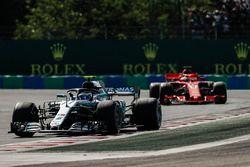 Valtteri Bottas, Mercedes AMG F1 W09, voor Sebastian Vettel, Ferrari SF71H