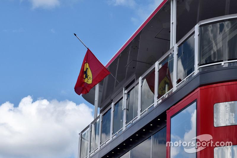 Bandiera a mezz'asta sul motorhome Ferrari