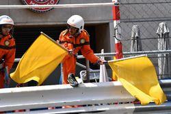 Oficial agita las banderas amarillas después del accidente de Max Verstappen, Red Bull Racing RB14