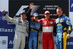 Podium: second place Kimi Raikkonen, McLaren, race winner Fernando Alonso, Renault F1 Team, third place Michael Schumacher, Ferrari and Renault Chief Mechanic Jonathan Wheatley