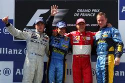Подиум: второе место – Кими Райкконен, McLaren, победитель гонки Фернандо Алонсо, Renault F1 Team, третье место – Михаэль Шумахер, Ferrari и руководитель бригады механиков Renault Джонатан Уитли