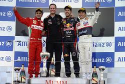 Podio: segundo lugar Felipe Massa, Ferrari, Paul Monaghan, Red Bull Racing jefe de ingenieros, ganador de la carrera Sebastian Vettel, Red Bull Racing y tercer lugar Kamui Kobayashi, Sauber