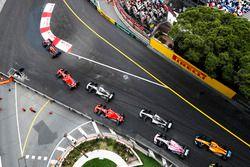 Daniel Ricciardo, Red Bull Racing RB14, precede Sebastian Vettel, Ferrari SF71H, Lewis Hamilton, Mercedes AMG F1 W09, Kimi Raikkonen, Ferrari SF71H, Valtteri Bottas, Mercedes AMG F1 W09, Esteban Ocon, Force India VJM11, e Fernando Alonso, McLaren MCL33, alla partenza