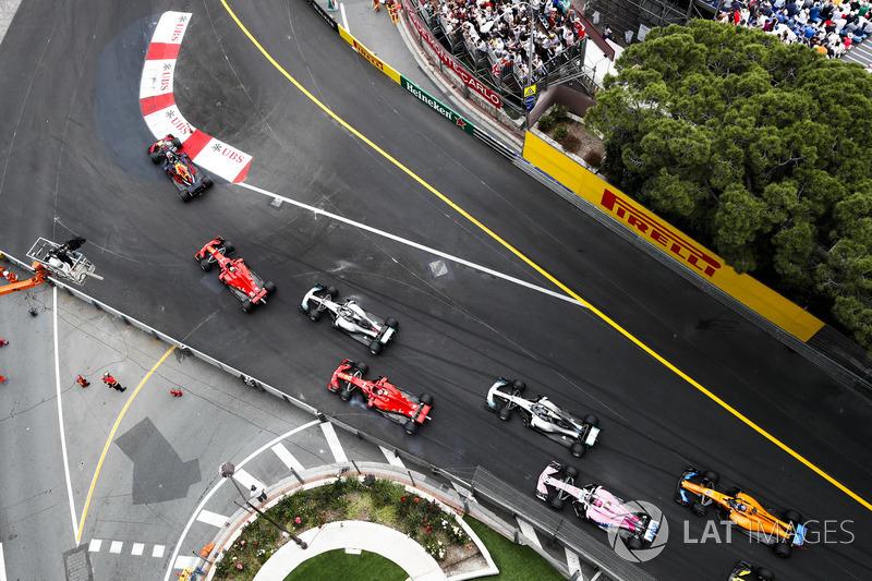 Daniel Ricciardo, Red Bull Racing RB14, lidera aSebastian Vettel, Ferrari SF71H, Lewis Hamilton, Mercedes AMG F1 W09, Kimi Raikkonen, Ferrari SF71H, Valtteri Bottas, Mercedes AMG F1 W09, Esteban Ocon, Force India VJM11, y Fernando Alonso, McLaren MCL33, al inicio