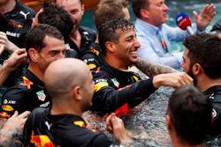 Daniel Ricciardo, Red Bull Racing, celebra la victoria en la piscina de la estación Red Bull Energy