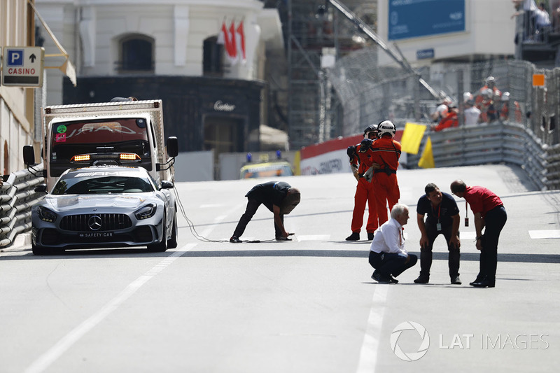 Charlie Whiting, Directeur de course de la FIA, conduit une inspection du circuit durant un drapeau rouge