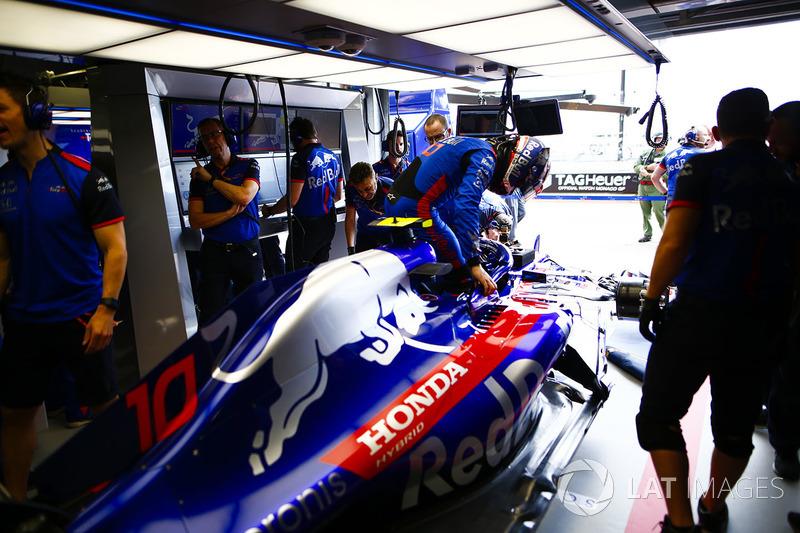 Pierre Gasly se sube a su Toro Rosso en el box del equipo