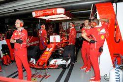 Kimi Raikkonen, Ferrari SF70H nel garage