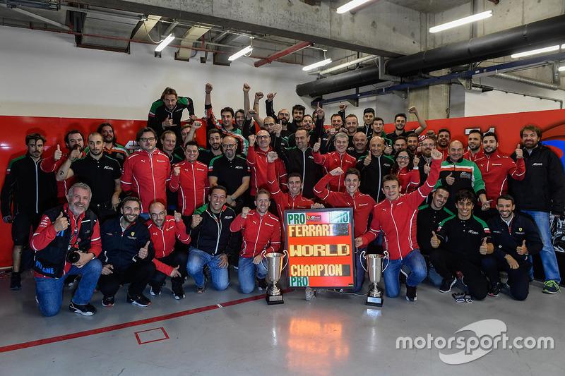 James Calado e Alessandro Pier Guidi, AF Corse festeggiano con il team il titolo mondiale