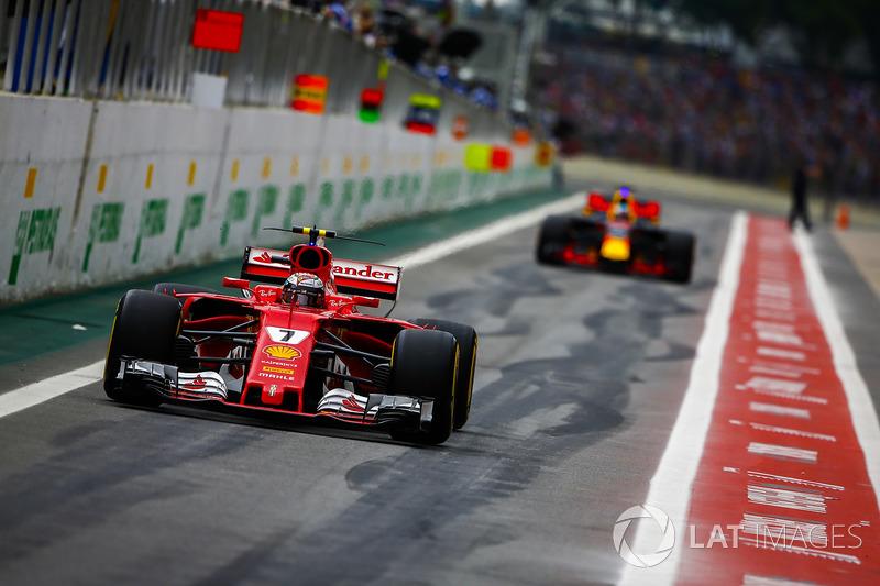 Kimi Raikkonen, Ferrari SF70H, Daniel Ricciardo, Red Bull Racing RB13, escono dai box