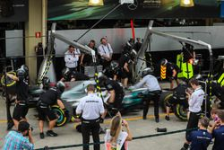 Mercedes AMG F1 team mecánicos practican un pitstop
