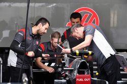 Haas F1 mecánica de trabajo en Haas F1 Team VF-17