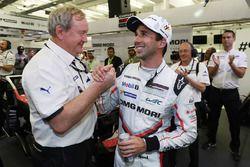 Pole position LMP1 : Neel Jani, Porsche Team avec Pascal Couasnon, directeur de Michelin Motorsport