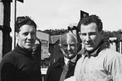 Geoff Duke ve Stirling Moss pit alanında konuşuyor
