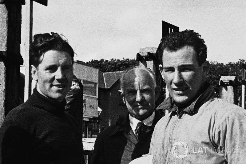Geoff Duke en Stirling Moss praten in de pits