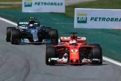 Sebastian Vettel, Ferrari SF70H en Valtteri Bottas, Mercedes-Benz F1 W08