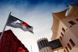 Paddock y bandera de la F1