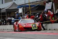 R.Ferri Motorsport Ferrari 488 GT3: Toni Vilander, Miguel Molina pit stop