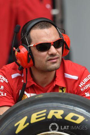 Mecánico de Ferrari y neumático Pirelli