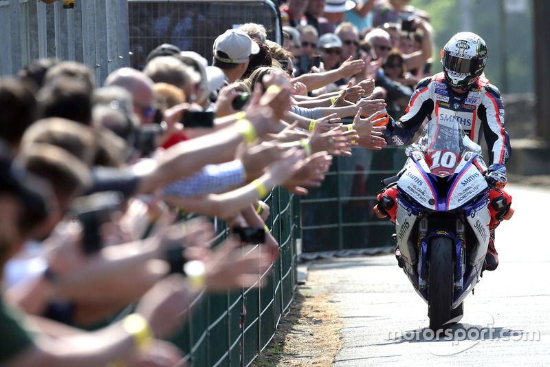 Питер Хикман, победитель гонки RL360º Superstock TT