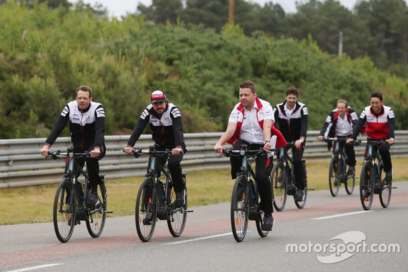 Alexander Wurz, Fernando Alonso, Kazuki Nakajima, Toyota Gazoo Racing bike the track