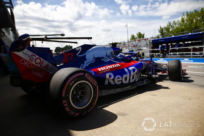 Pierre Gasly, Toro Rosso STR13, esce dal garage