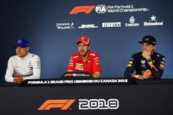 (L naar R): Valtteri Bottas, Mercedes-AMG F1, Sebastian Vettel, Ferrari en Max Verstappen, Red Bull Racing in de persconferentie