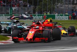 Sebastian Vettel, Ferrari SF71H, voor Valtteri Bottas, Mercedes AMG F1 W09 en Max Verstappen, Red Bull Racing RB14 bij de start