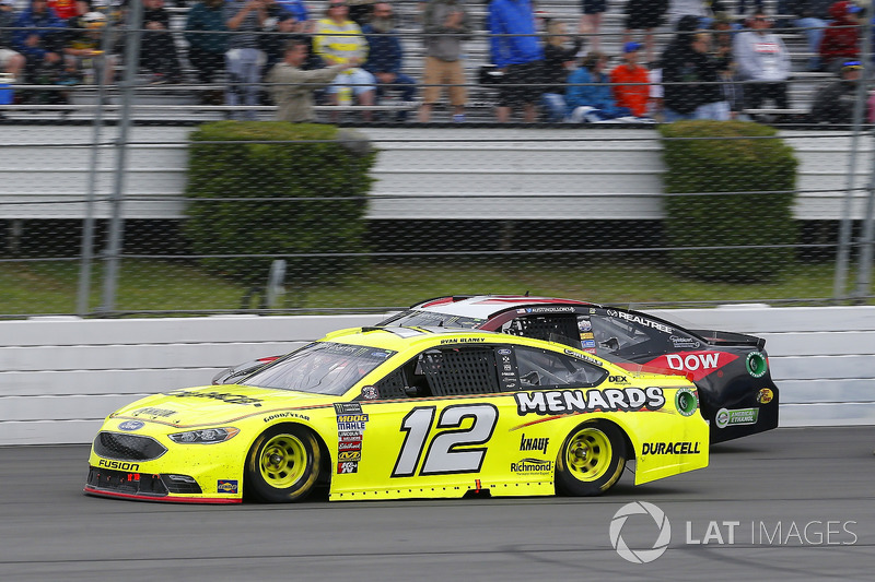 Ryan Blaney, Team Penske, Ford Fusion Menards/Duracell and Austin Dillon, Richard Childress Racing, Chevrolet Camaro Dow