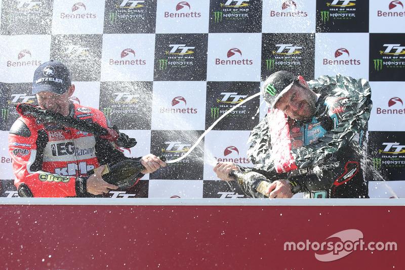 Michael Dunlop viert zijn derde TT-overwinning van de week in de Lightweight race met runner-up Derek McGee