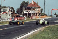 Olivier Gendebien, Cooper Climax T51 leads Innes Ireland, Lotus Climax 18