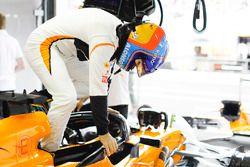 Fernando Alonso, McLaren, entre dans son cockpit