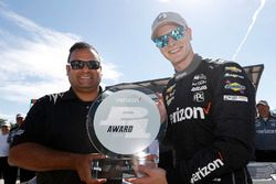 Josef Newgarden, Team Penske Chevrolet receives the Verizon P1 Pole award trophy from Steven Williams of Verizon