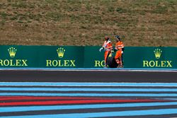 Los oficiales recuperan la rueda trasera del coche de Sergio Pérez, Force India VJM11 en la PL2