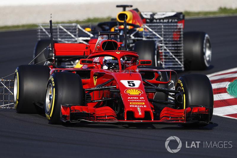 Sebastian Vettel, Ferrari SF71H, avec des capteurs, devant Daniel Ricciardo, Red Bull RB14