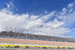 Ryan Blaney, Team Penske, Ford Fusion Menards / Pennzoil e Kyle Busch, Joe Gibbs Racing, Toyota Camry M&M's Caramel