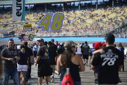 Una vista general de los fanáticos en el camino de pits antes de la carrera
