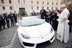 Papa Francesco benedice la Lamborghini Huracan