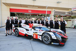 #8 Toyota Gazoo Racing Toyota TS050 Hybrid with team members
