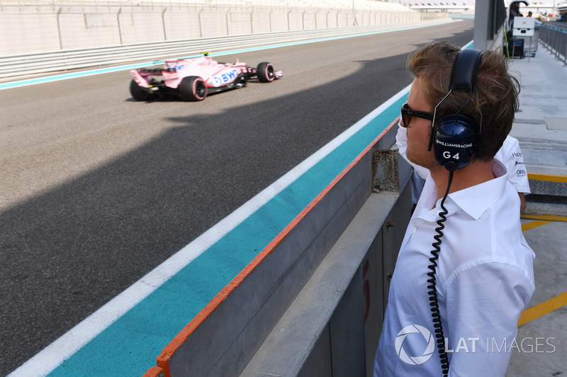 Nico Rosberg, Embajador de Mercedes-Benz observa el coche de Nikita Mazepin, Sahara Force India VJM10